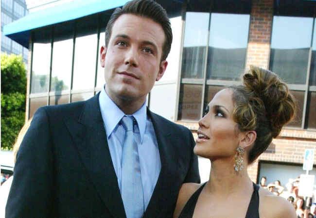 Ben Affleck Jennifer Lopez'e nisan Yuzugu alirken goruldu.