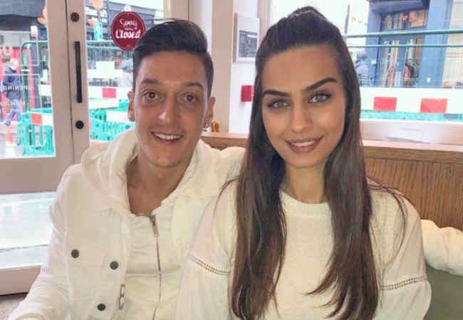 Mesut Ozil surpriz bir Sekilde kizini gosteriyor.