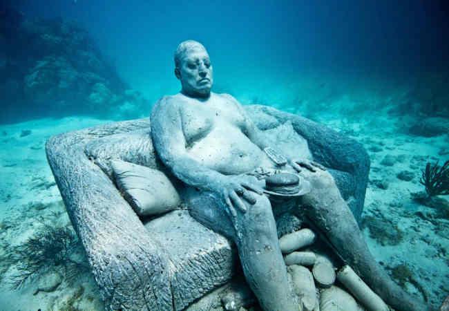 dünyanın en gizemli ilginc sualtı heykelleri.