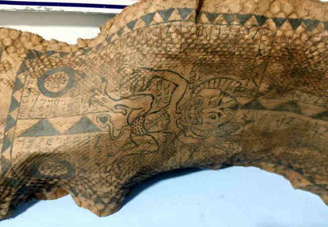 piton yılan derisi İbranice yazı ve şeytan figürleri bulundu